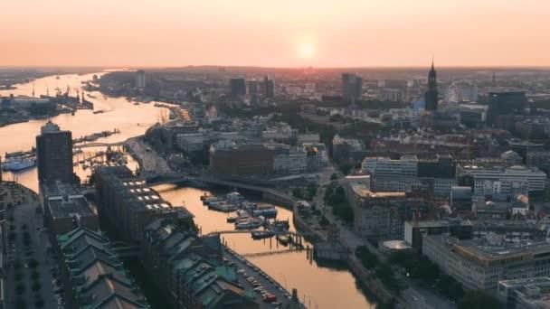 Hamburger Stadtbild vor Sonnenuntergang