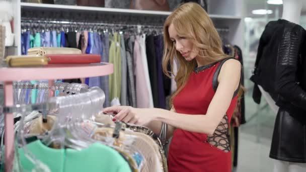 Mladá krásná žena nakupování