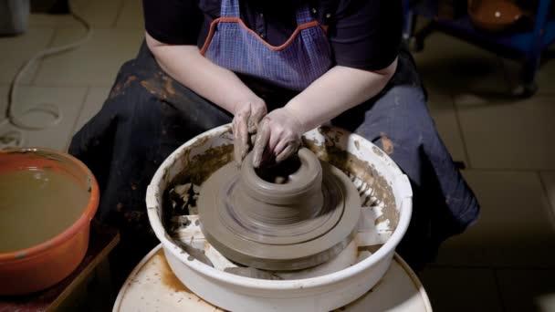 Ernte Hände von talentierten Handwerker Steingut gestalten und Töpfern auf der Töpferscheibe in Werkstatt. Potter in Craft Studio arbeiten