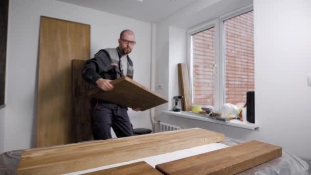 architekt je uvedení prkno na stole v dílně malého tesařství, příprava na zpracování
