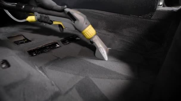 auto podložka používá vysavač po koberci uvnitř auta během profesionální praní v auto servis