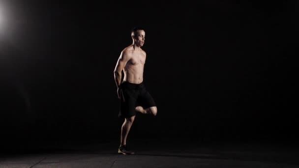 Sportos férfi ugrott és képzés