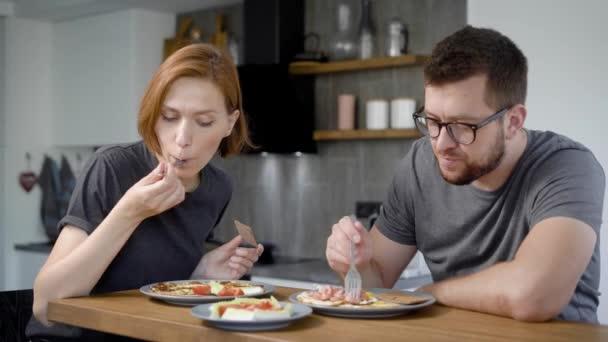 muškarac i žena doručkuju