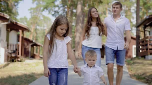 Rádi, samec a samice, procházky s dětmi venku. Šťastná rodina