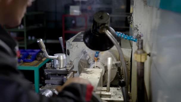 Turner dolgozni egy ipari üzem, műhely gépi fordítás fém részlet feldolgozása