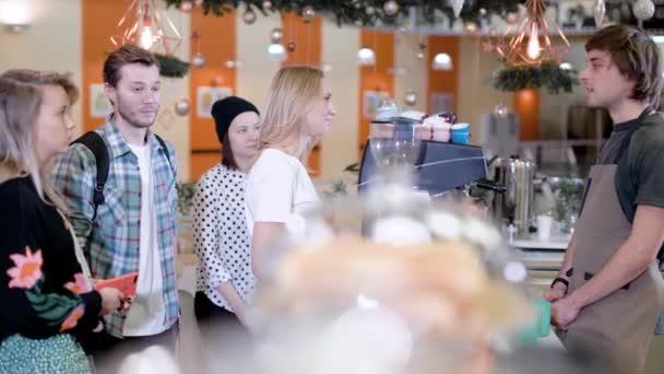 Barista je consulting Návštěvníci kavárny, lidé stojí před barovým pultem, naslouchání a usmívá se