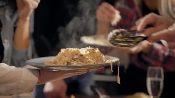 Detail přátel baví vaření pro stranu, dát jídlo na talíř dohromady, jedna složka.