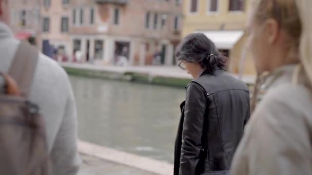 Přátelé cestují kolem Benátek. Slavné město v Itálii láká svými ulicemi a kavárnou, stejně jako starověkou architekturu.