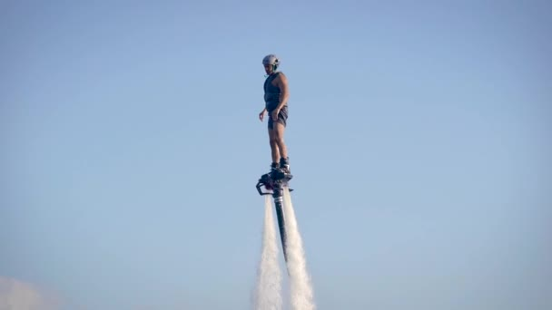 Mutiger Flyboard-Fahrer und Mann auf Jetski