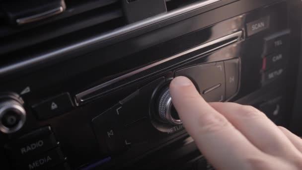 Fahrer stellt Trip-Computer im Auto ein, dreht Griff und drückt Tasten, Nahaufnahme der männlichen Hand