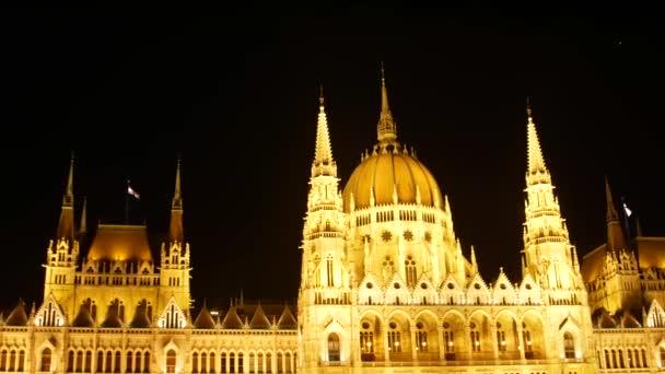 Magyar Parlament épülete éjszaka Budapesten
