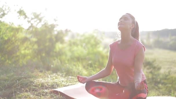 Nő edzés jóga és meditáció a sziklán a hegyen