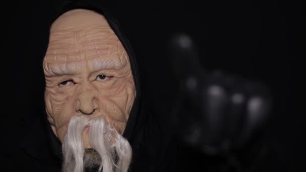 Muž v masce starého muže. Halloween oslava.