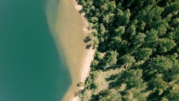 Dron létá nad pobřeží. Vertikální, shora dolů