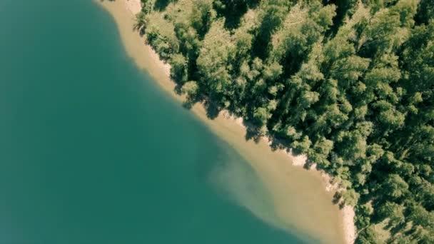 Dron se otáčí nad pobřeží. Vertikální, shora dolů