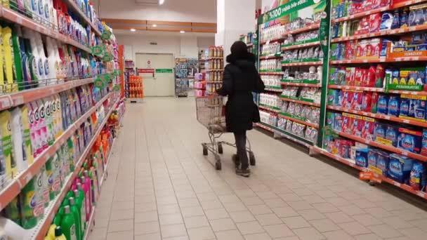 Eskisehir, Turecko - 15. března 2017: Mladá žena nakupování v supermarketu