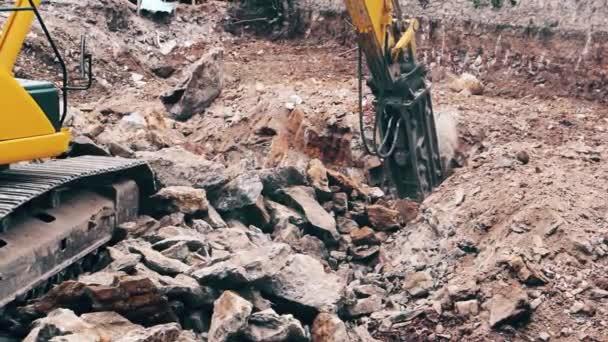 Detailní záběr stroje těžká stavební průmysl rypadlo drcení kamenů na staveništi