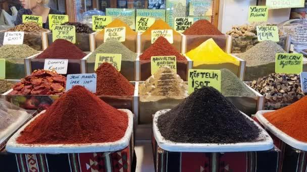 těsné záběry koření prodávajících na tradičním tureckém trhu