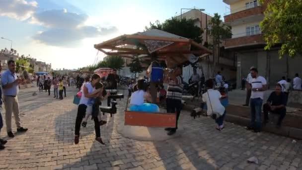 Törökország, Kilis 2018. június 17.: A gyerekek a szórakozást a régi hagyományos vidámparki ünnepe, az áldozat vagy a ramadán ünnepe idő Kilis, Törökország. Óriáskerék tette a fa és a nagyon régi stílus.