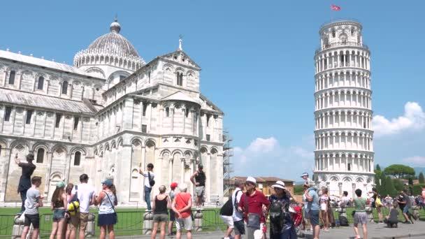 Pisa, Itálie, červenec 2018 - Ženské turistické fotografování slavných památek, Pisa věž, Toskánsko. Kavkazská žena s kamerou cestování Toskánsko, co dělat, fotografie dovolená, okružní italské turné