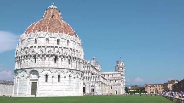 Pohled na Piazza dei Miracoli z Pisy, Toskánsko, Itálie, s nakloněnou věží, katedrálou a křtitelnicí. Turistické procházky po hlavním náměstí se známými památkami, italská atrakce, turistická destinace