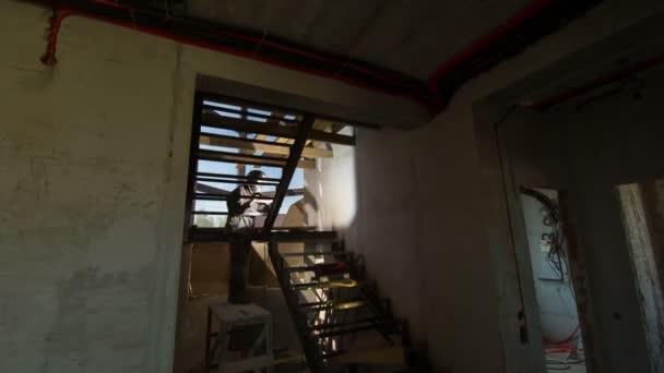 Svářeč v práci na staveništi