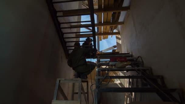 Svářeči A práci na žebříku
