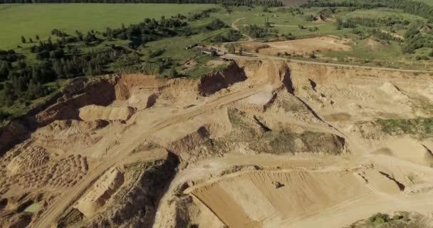 Luftaufnahme des Sandbruchs mit schwerem Gerät