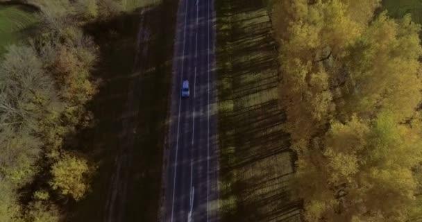 Letecké záběry, několik vozů jednotky po úzké silnici dva lane