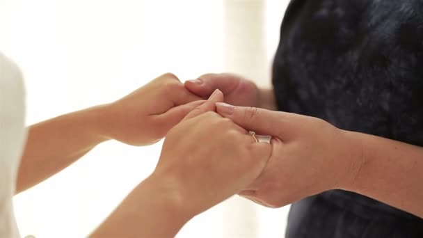 lánya egy anya tartja a kezét