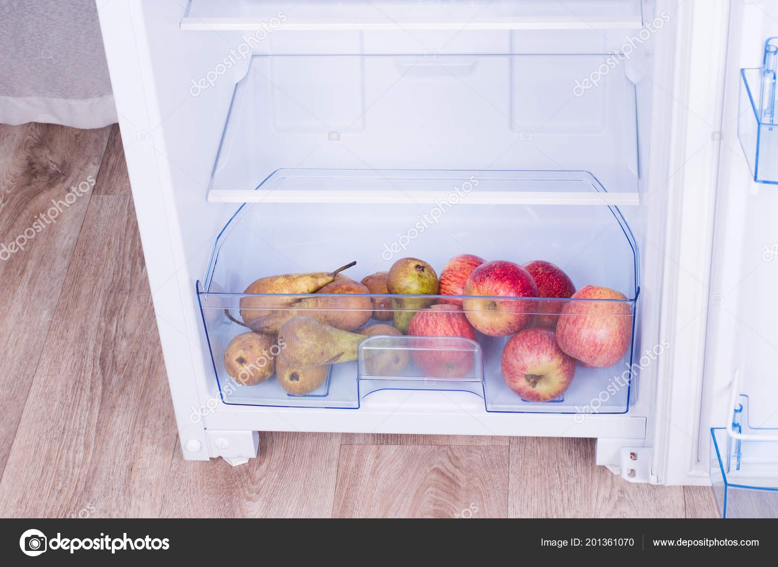 Kühlschrank Birne : Offenen kühlschrank eier birnen und Äpfel auf dem regal des
