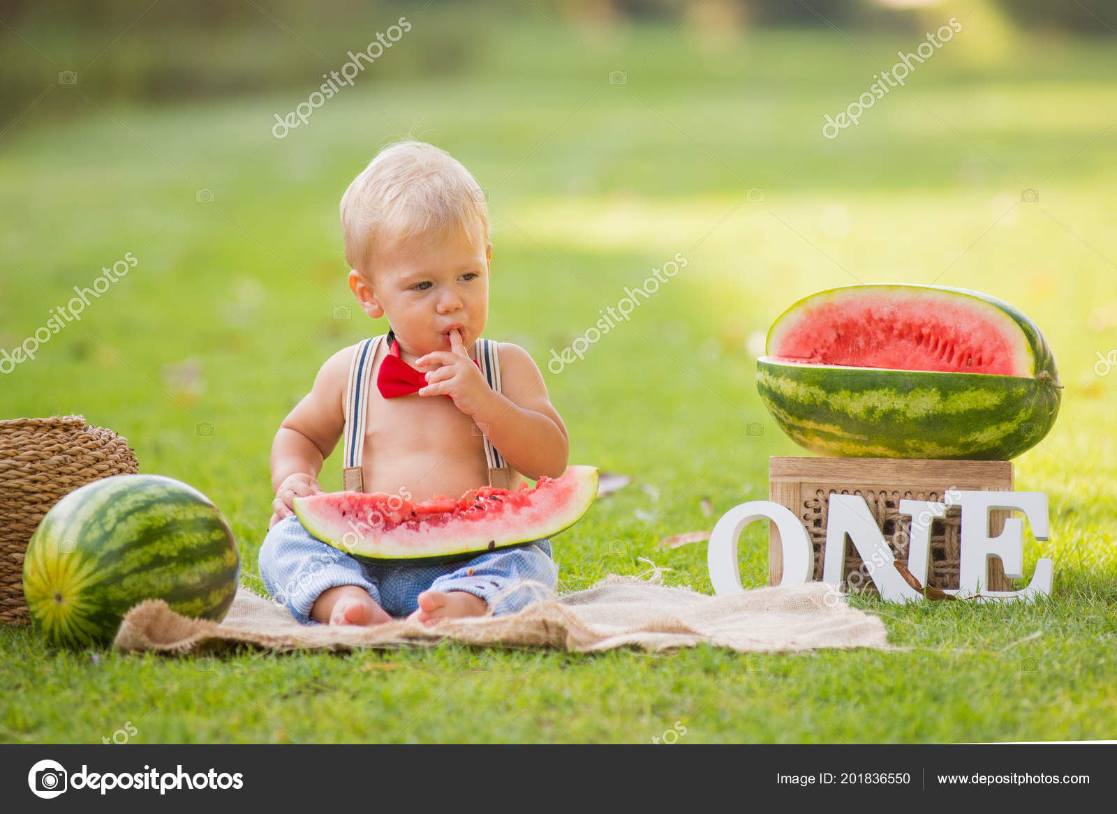 Jeden Rok Stary Mały Chłopiec Siedzi Trawie Ogrodzie Arbuza