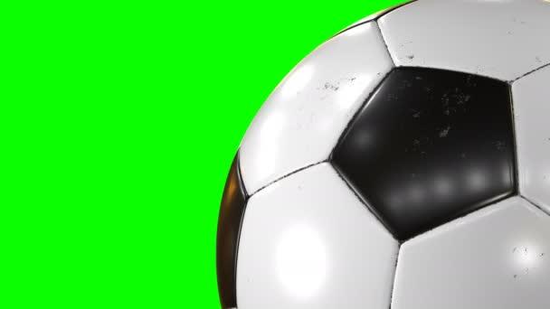 schöner Fußballball, der in Zeitlupe in Großaufnahme auf dem grünen Bildschirm rotiert. geloopter Fußball 3D-Animation des Drehens von Ball. 4k ultra hd 3840x2160.