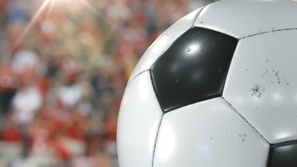 Gyönyörű futball-labda forgó zár-megjelöl, lassítva a stadion háttér fáklyát. Végtelenített Football 3D-s animáció fordult a labdát. 4k Uhd 3840 x 2160.