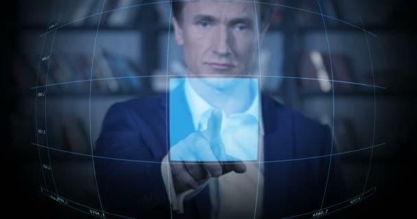 schöne blaue futuristische Schnittstelle Hologramm erscheinen erfolgreiche Geschäftsmann arbeiten Zeitlupe Porträt.