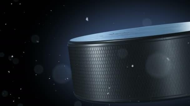 Krásný hokejový puk rotující Close-up s sněhové vločky, plující kolem v pomalém pohybu na černém pozadí. Tvořili Hockey 3d animace otáčení puk, samostatný. 4 k Ultra Hd 3840 x 2160.