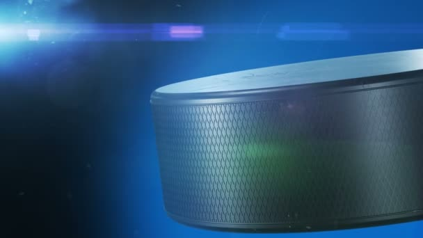 Krásný hokejový puk rotující Close-up s máchal světlice v pomalém pohybu na černém pozadí. Tvořili Hockey 3d animace otáčení puk, samostatný. Sport koncept. 4 k Ultra Hd 3840 x 2160