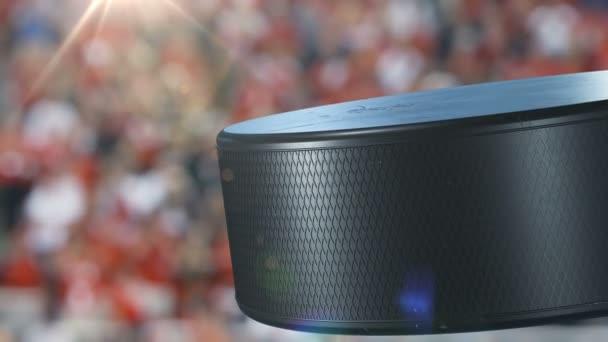Krásný hokejový puk rotující Close-up na tribuny stadionu ve zpomaleném filmu. Tvořili Hockey 3d animace otáčení puk, samostatný. Sport koncept. 4k Uhd 3840 x 2160