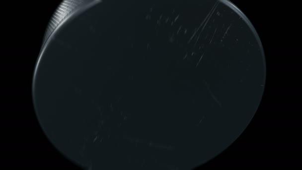 Sada 4 videa. Krásný hokejový puk zasáhne fotoaparát v pomalém pohybu na černém pozadí. Hokej, samostatný 3d animace letící puk. Sport koncept. 4 k Ultra Hd 3840 x 2160.