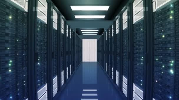 nahtlose Bewegung durch die Serverschränke mit sich öffnenden Türen im Rechenzentrum. wunderschöne 3D-Animation mit flackerndem Computerlicht. Big-Data-Cloud-Technologie. 4k ultra hd 3840x2160.