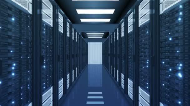 schöner blauer Serverraum im Rechenzentrum, der durchfliegt. abstrakte 3D-Animation von Rechnerreihen-Server-Racks im Rechenzentrum mit flackerndem Licht nahtlos. Digitales Technologiekonzept. 4k uhd 3840x2160