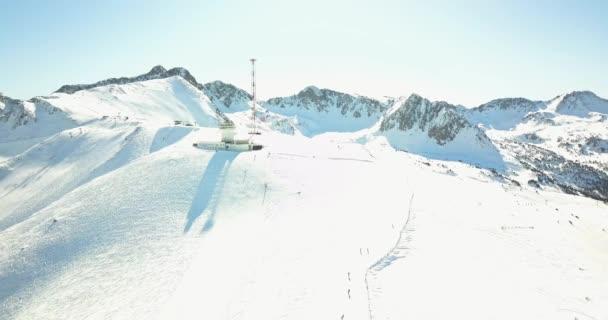 Schöne Aussicht auf die schneebedeckten Berge der italienischen Alpen, Skigebiet in 4k