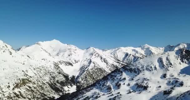 Krásný výhled na zasněžené hory italských Alp, lyžařský areál ve 4k