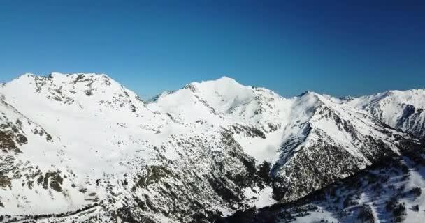 Krásný výhled ze zasněžených hor italských Alp, lyžařské středisko v rozlišení 4k
