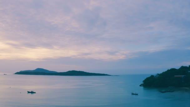 napkelte: Rawai beach Phuket Thaiföld. horgászcsónak Rawai tengerre felhős ég