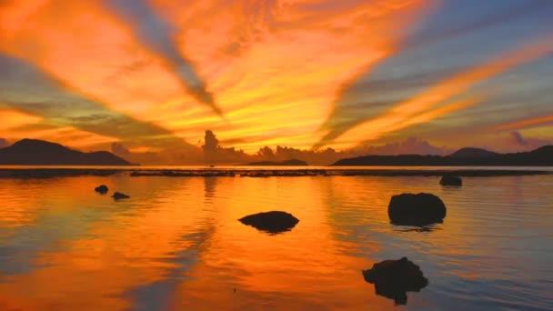 scenérie odraz krásný východ slunce v moři Rawai. úžasné ráno světlo prosvítá skrz barevné nebe.