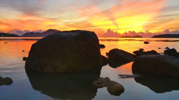 Rawai tenger gyönyörű napfelkelte tükre táj. csodálatos reggeli fényben ragyog a színes égbolt.