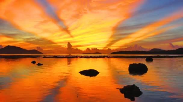 časová prodleva krásné odrážejí Sunrise v Rawai moři. scenérie odraz krásný východ slunce v moři Rawai. úžasné ráno světlo prosvítá skrz barevné nebe.