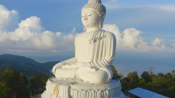 Phuket Big Buddha je jedním z nejvýznamnějších ostrov a ctěný památky na island.big, Buddha je na vrcholu vysoké hory vidí kolem ostrova Phuket, když jste tam