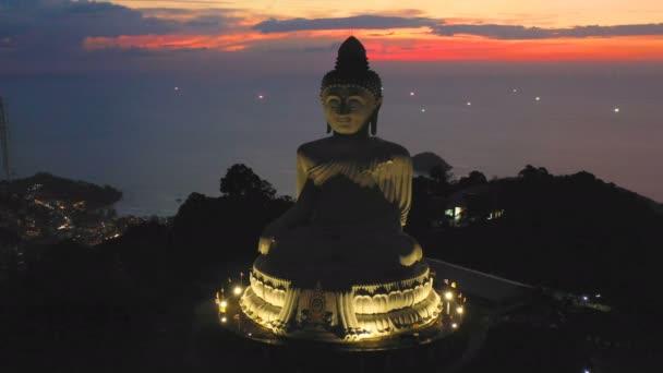 Letecký pohled na Phuket big Buddha v soumraku. Phuket Big Buddha je jedním z nejvýznamnějších ostrov a reveredlandmark na Phuket ostrov umístění je na vysokou horu můžete vidět pohled kolem ostrova Phuket